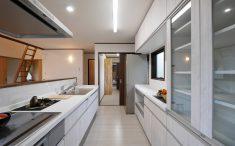 収納豊富な対面キッチン ホワイト基調